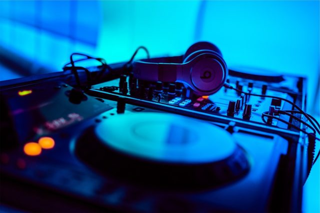 Sprzęt i słuchawki DJ z obsługiwanych imprez muzycznych terenowych i plenerowych