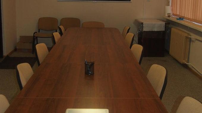 Widok Na Salę Konferencyjną Z Projektorem I Tablicą