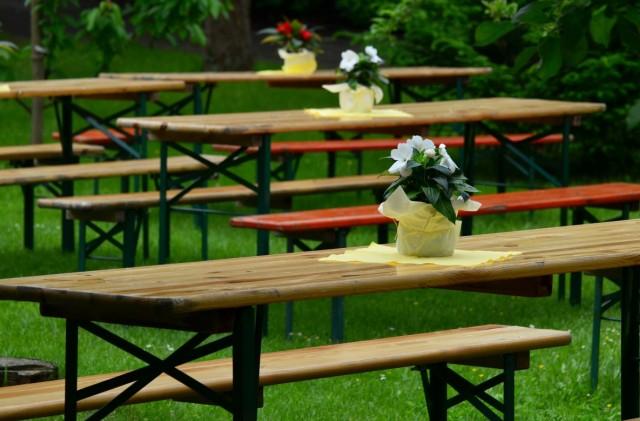 Nasze stoły i ławki piwne wynajęte na imprezę muzyczną plenerową - festyn.