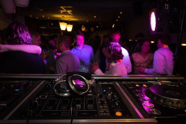 DJ na imprezie
