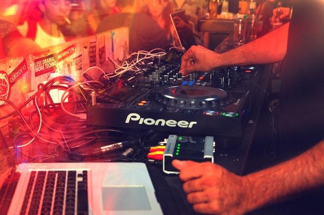 Prezenter muzyczny DJ w trakcie imprezy